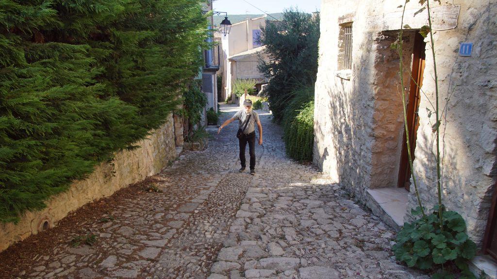 Nous suivons un chemin rythmé par de larges marches caladées qui nous conduit au promontoire de la citadelle.