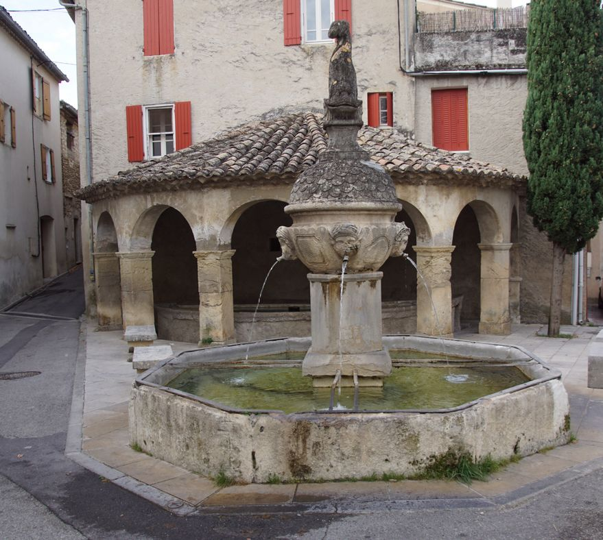 Une dernière fontaine et un dernier lavoir
