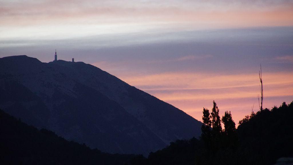 AU retour à Montbrun, le soleil se couche sur le  mont Ventoux