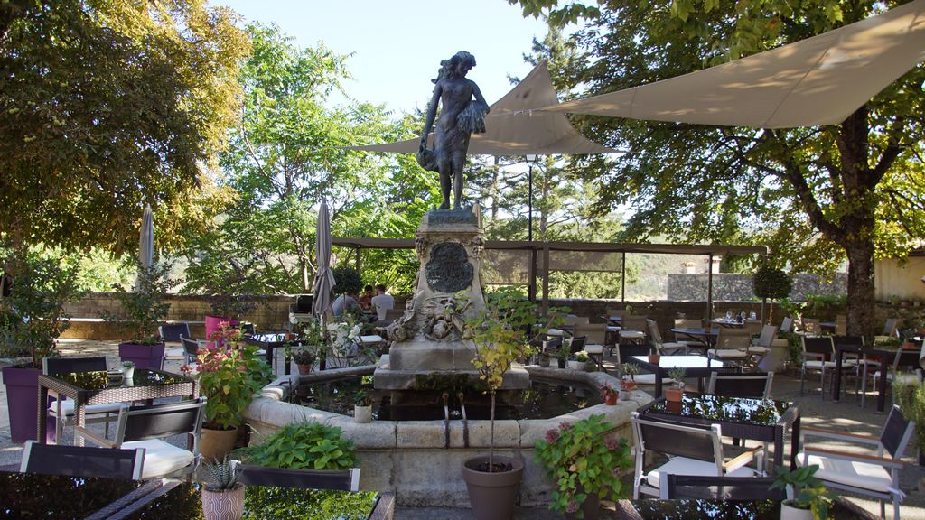 En 1905, Léon Doux, Maire de Monieux et directeur du prestigieux théâtre de l'Alcazar à Marseille, décide de doter sa commune d'un point d'eau au centre du village. Il fait faire des recherches par un sourcier, entreprend les travaux de captation de la source et fait construire, sur la place du village, la fontaine qui porte son nom. Pour couronner celle-ci et rendre hommage à la Nesque ( Anesca en provençal ), il commande au sculpteur Pérosi une statue en bronze représentant une allégorie d'Anesca sous la forme d'une jeune fille portant une cruche et une brassée d'épis. La fontaine fut inaugurée dans la liesse générale le 27 août 1905 et Anesca, petit bijou de style art nouveau, trône depuis lors sur la place du village et les moniliens en sont très fiers