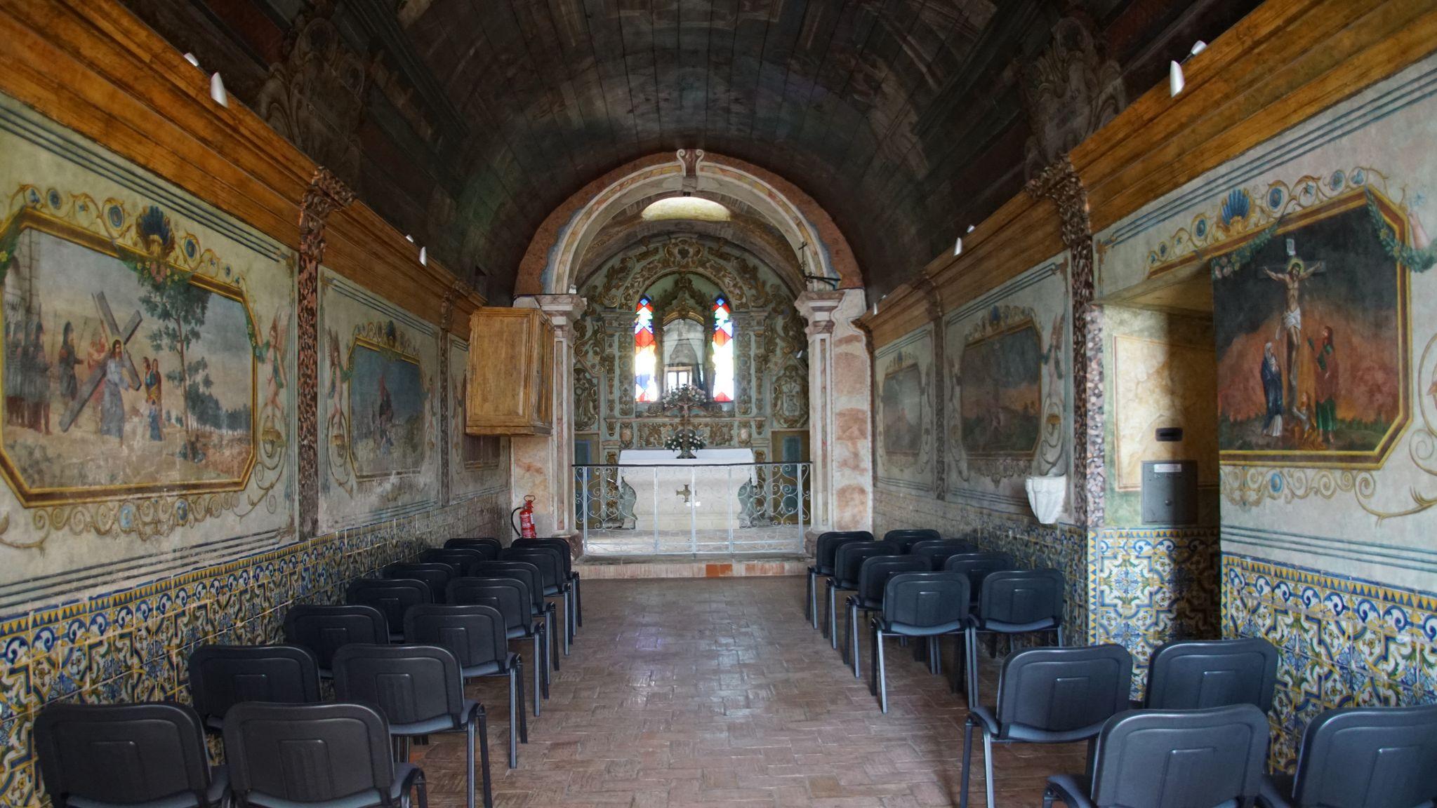 Par contre dans l'ancienne chapelle les murs et le plafond possèdent des peintures sur bois magnifiques