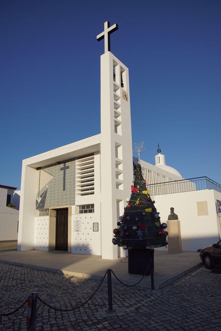 Notre appartement est tout près de l'église de Santa Luzia. Assez moderne, la croix qui domine est allumée la nuit