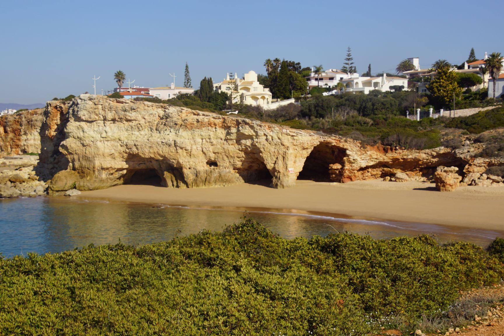 La roche, très calcaire se creuse avec les vagues