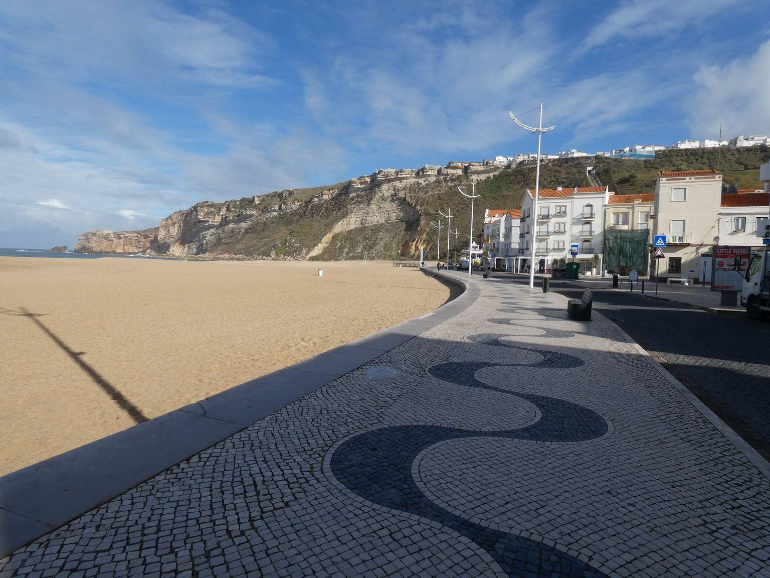 La balade le long de la plage et la vue sur la falaise