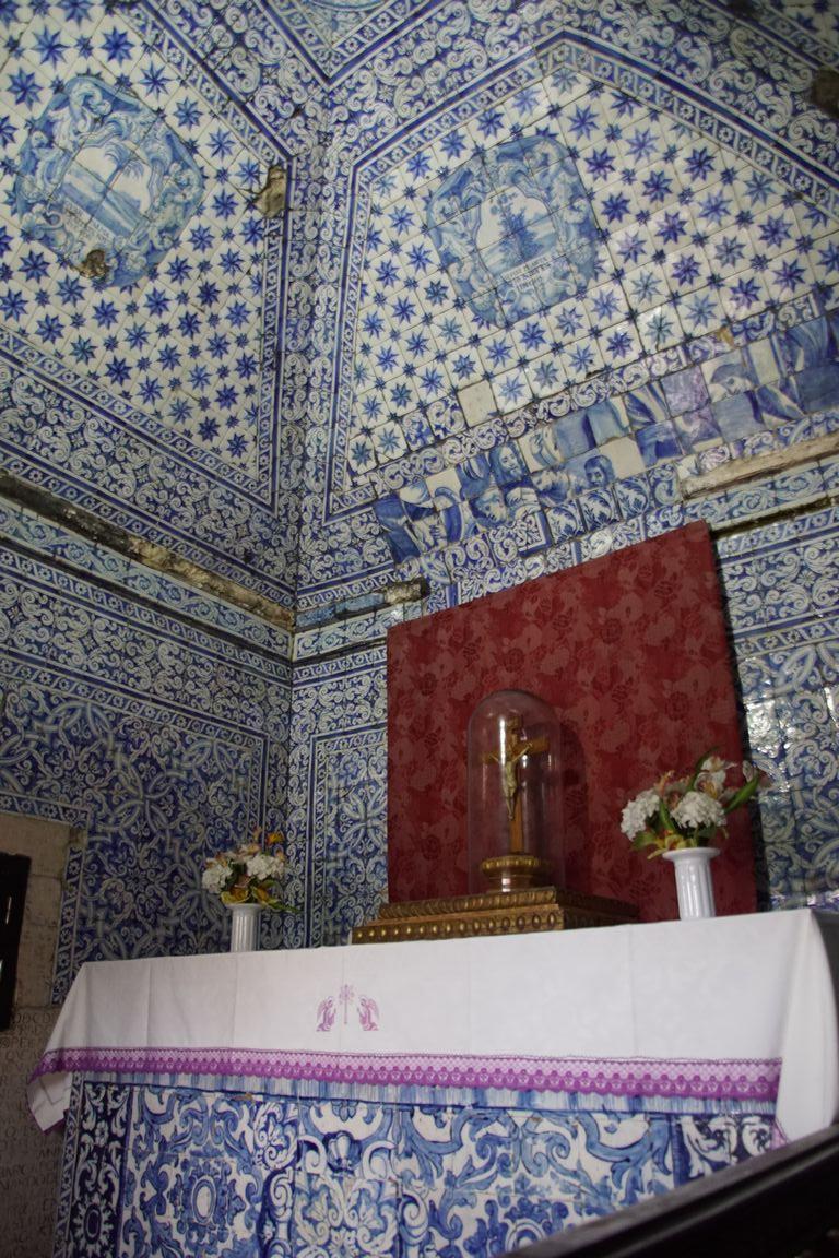 La statue de la Vierge qui se trouve bien protégée à l'intérieur de la chapelle serait originaire de Nazareth et aurait été rapportée de Palestine par un moine grec jusqu'à un monastère d'Espagne.