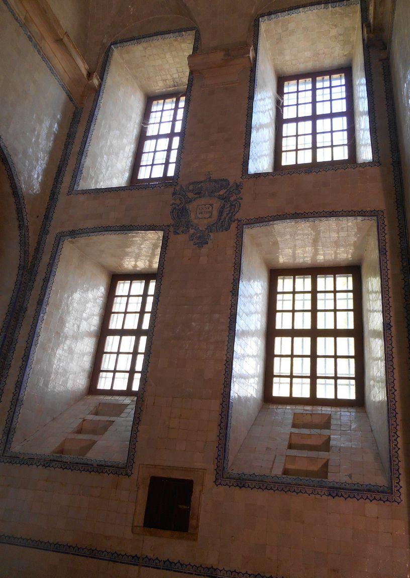 Les hautes fenêtres toutes en azulejos