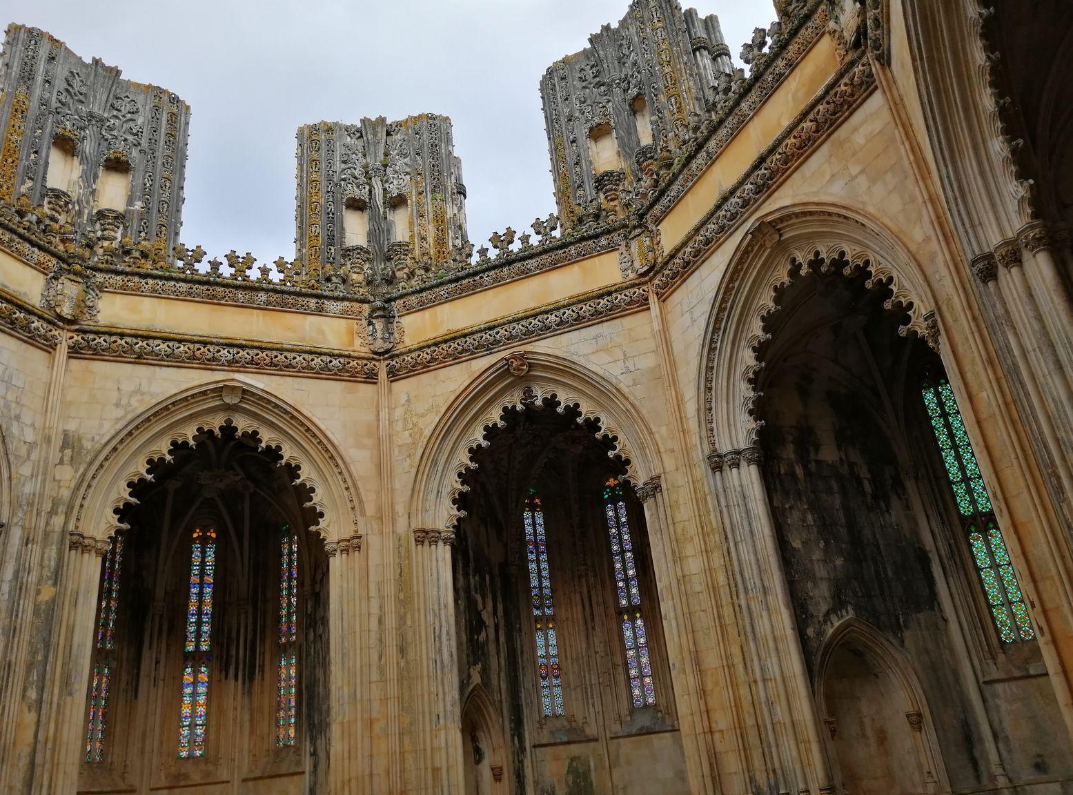 Les chapelles imparfaites à ciel ouvert. Le chantier du monastère dura deux siècles sous le règne de 7 souverains portugais pour finalement ne jamais s'achever.