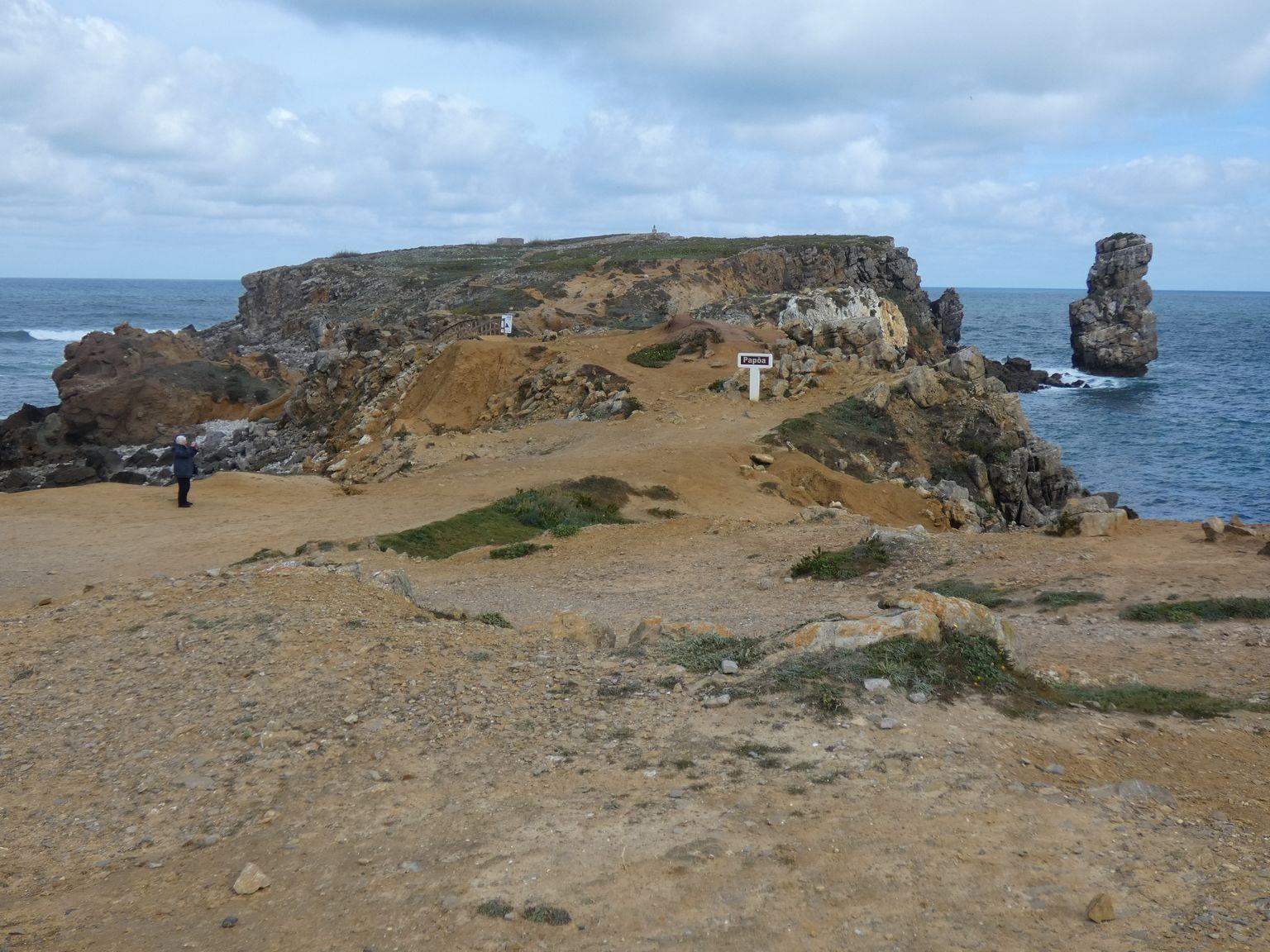 Le rocher vertical se nomme le Pierre aux corbeau en référence au cormorans huppées qui s'y reposent
