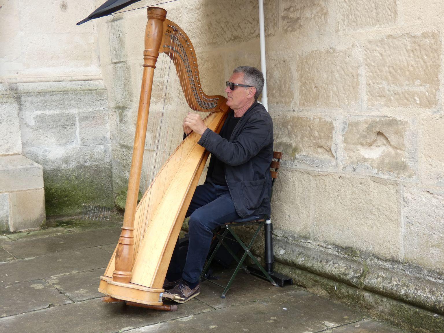Le harpiste Didier Pierre Kugel qui donne un concert le soir même dans une chapelle de Grignan