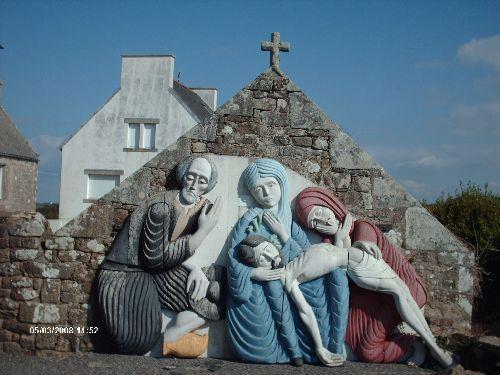 Une sculpture de bois peinte près de l'église de Plogoff
