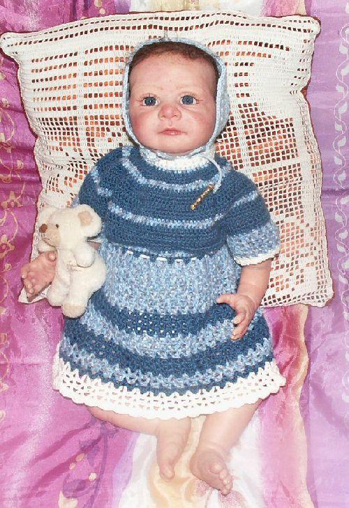 Une robe et petit bonnet pour Angélique