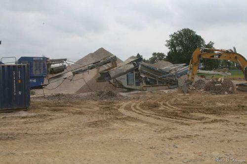 Sur ces photos la machine servant à concasser les débris de l'ancien pont, qui serviront à aménager l'aire de stockage et de montage du futur pont sur la rive droite