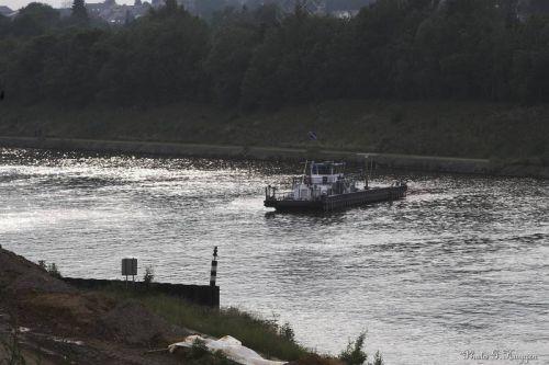 Le bateau de sécurité sur le canal.