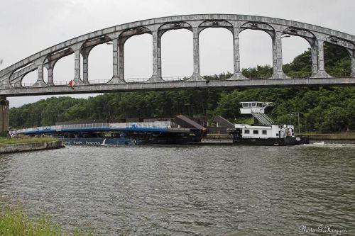 Le convoi sous le pont-rail désaffecté, dernier obstacle pour le pousseur.
