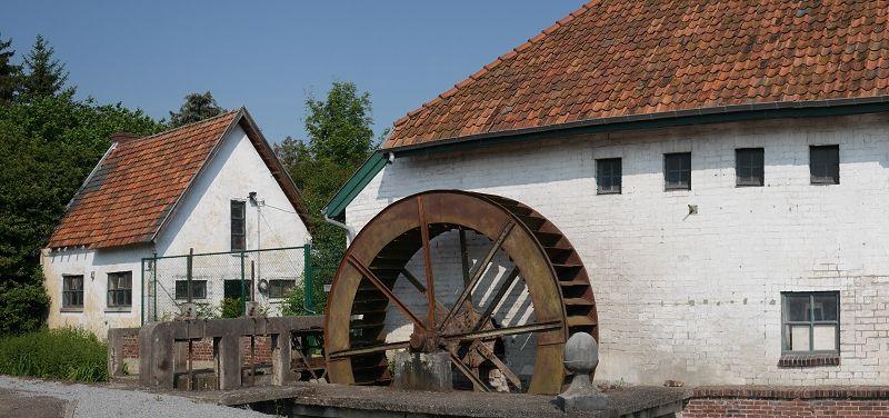 La roue en métal d'un diamètre de 5 mètre