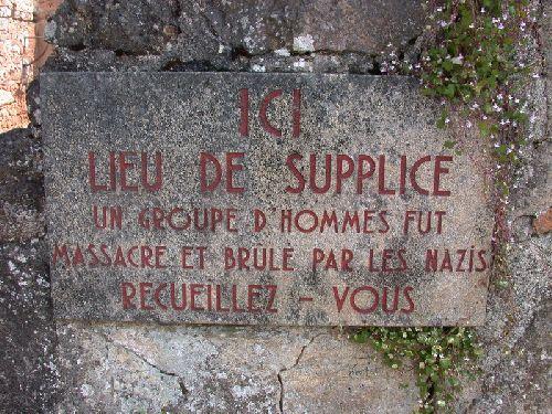 Sur la façade, une plaque commémorative