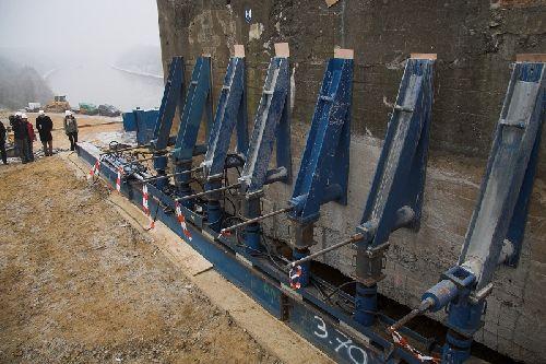Début du déplacement du bunker, celui-ci sera d'abord déplacé de +/- 2 mètres afin de pouvoir foré les deux autres piliers