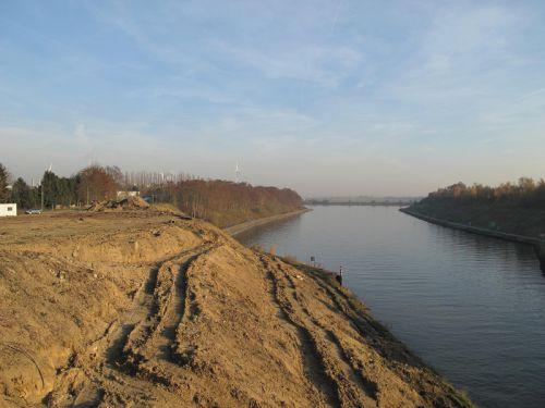 Rive droite du canal