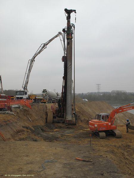 La machine qui creuse les puits en vue des futurs supports d'ancrage du pont