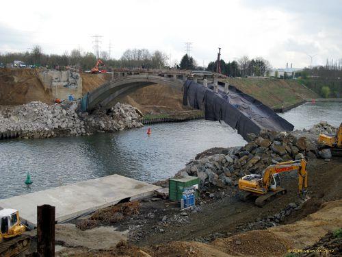 Le pont en partie recouvert d'une protection pour le dynamitage
