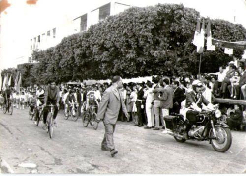 Défilé dans la rue des martyrs