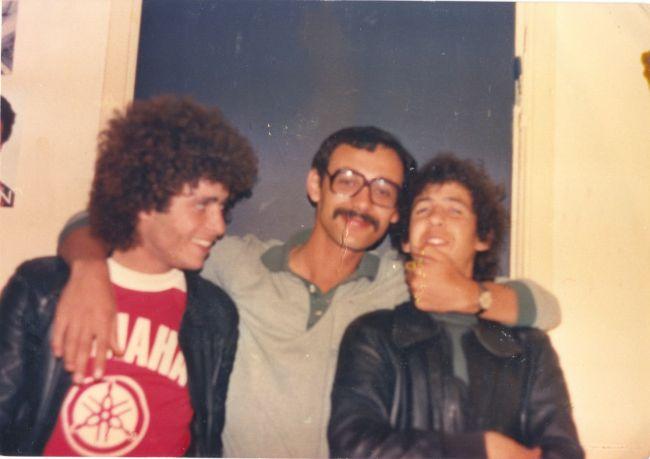 Une photo  de Mekioui Djelloul( décédé le 10/10/1980) avec ses deux amis .  Il venait juste de rentrer d'Alger ou il avait terminé sa licence en sociologie.