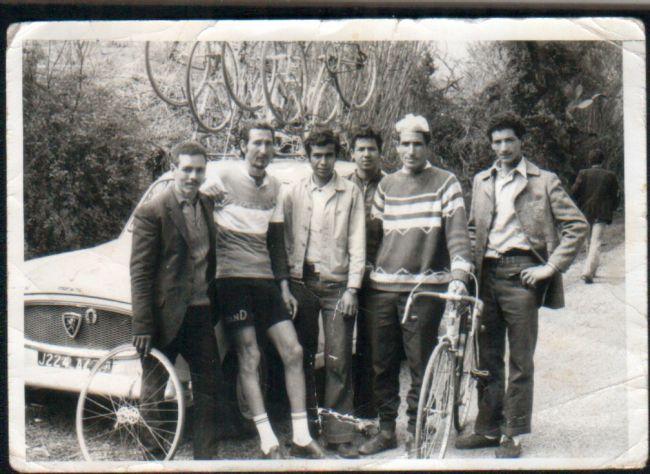 Cyclisme à El-Asnam- Sur la photo Hocine dcd en Oct 1980. les cyclistes posent avec la 403 J.