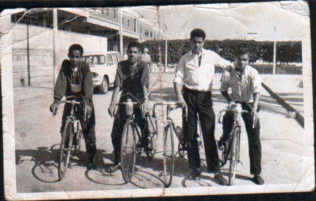 Les cyclistes de la ville  devant l'entrée du Monoprix.