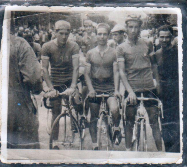 Competition cyclistes dans la rue des martyrs à El-Asnam- sur la photo  G à D-Hamza Madjid- Abdallah Benabdelmalek- Djerrahet Naas