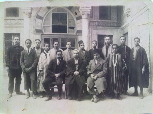DJAMAA ZITOUNA(monsieur cheikh Elantri en abaya premier rang à droite,pendant ses etudes à djamaa zaitouna