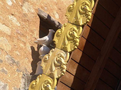 Détail sur les colombes de part et d'autre des moulures en céramique évoquant les tuiles d'or du Temple de Salomon.