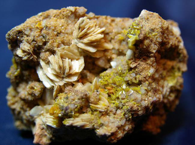 LA 10 - Wulfénite, Mimétite, Fluorite et Barytine crêtée, Mine de Lantignié, Rhône 85 mm x 60