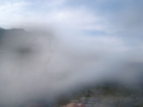 Phénomène de brume sur le Col de Vence, ont distingue une forme étrange au centre.