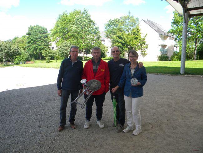 Les vainqueurs Emile et Maddy avec André et Jacques qui leurs ont remis leurs coupes