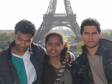 Jimmy qui fait son timide, Adèle et Jérémie devant la tour Eiffel