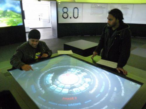 Maître Alain et son élève Junior à l'exposition sur les énergies