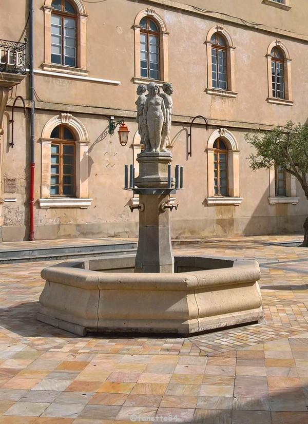 Monteux mairie fontaine (2).jpg