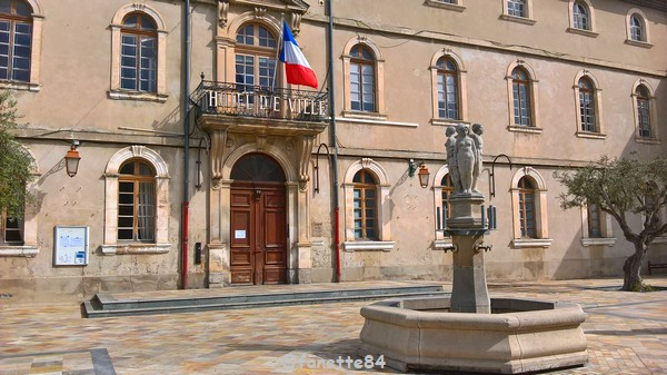 Monteux mairie fontaine (1).jpg