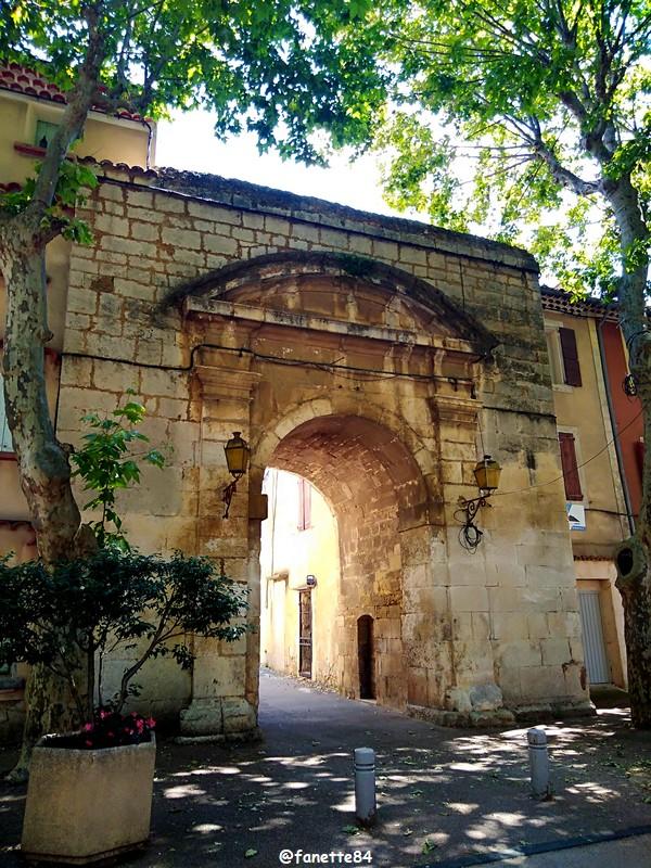 villes-sur-auzon (110) portail prison.jpg