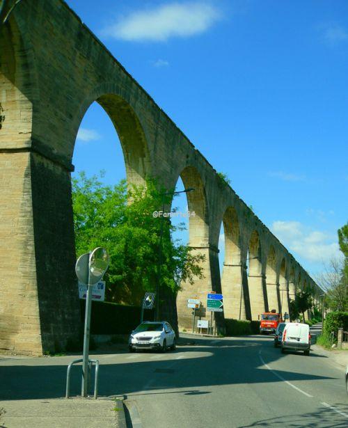 Aqueduc de Carpentras. Long de 729 mètres, Construction de 1720 à 1734. il est haut de 23 mètres, au niveau du pont traversant l'Auzon. Il est composé de 48 arches.