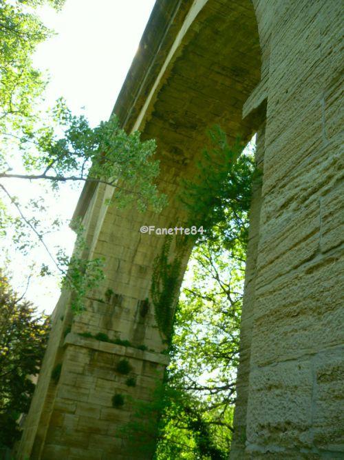 Aqueduc de Carpentras. Construction de 1720 à 1734. Long de 729 mètres, il est haut de 23 mètres, au niveau du pont traversant l'Auzon. Il est composé de 48 arches.