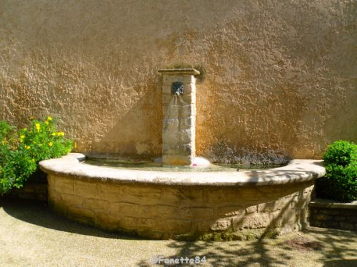 Fontaine en pierre de la place de la poste à Venasque