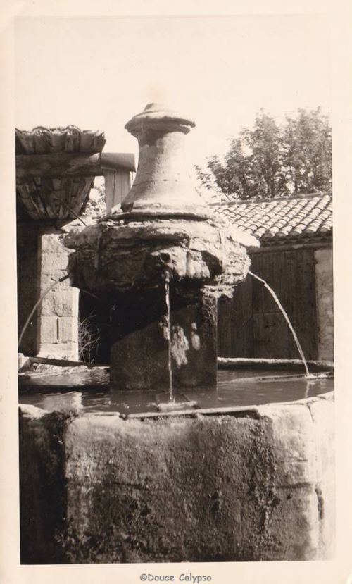 Antique fontaine du Portail-vieux. Mormoiron (Mai 1917).
