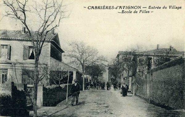 Cabrières d'Avignon. L'entrée du village