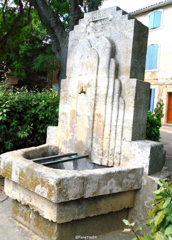Fontaine sur la place de l'église datée de 1928 à Goult