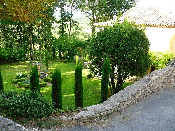 Fontaine dans jardin privé à Goult