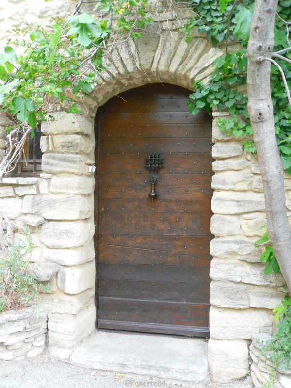 Vieille porte à Saumane
