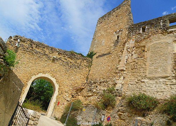 Château du XIIIe siècle (remanié au XVIe et au XVIIe siècles) au sommet du village de Lagnes