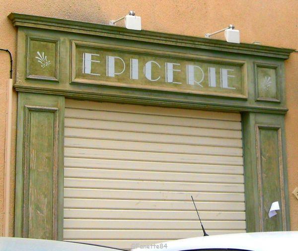 Devanture ancienne d'une épicerie à Lagnes