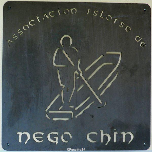 Plaque de l'association de Négo-Chin à l'Isle sur la Sorgue